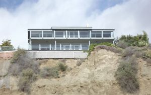House on the bluff overlooking San Clemente Beach.  Looks awfully close to the edge for my comfort level.